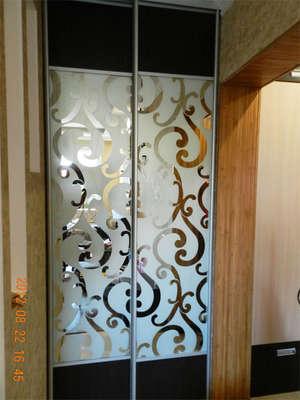 Шкаф-купе с декоративным узорчатым зеркалом