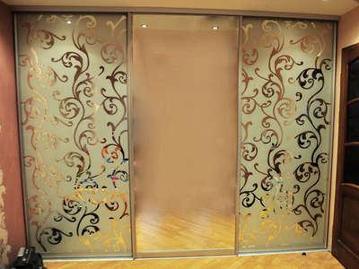 Шкаф-купе с декоративным узорчатым зеркалом химтравления